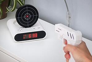 Pistol skjuter mot väckarklockas måltavla