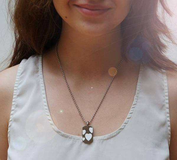Romantisk halsband på en tjej