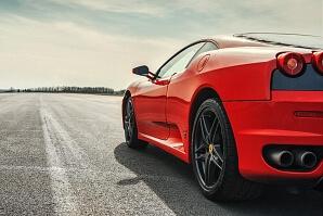 En Ferrari startklar på en raksträcka