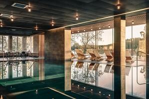Vann spa pool med solstolar mot fönstret