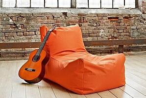 Orange sittsäck med gitarr