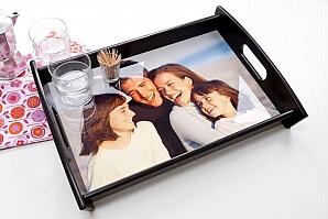 Serveringsbricka med foto på familj