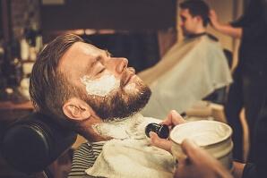 Lyxig rakning hos professionell barberare