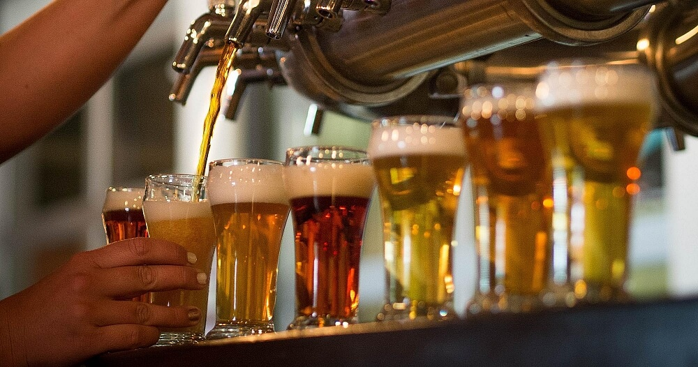 Bartender häller upp olika sorters öl