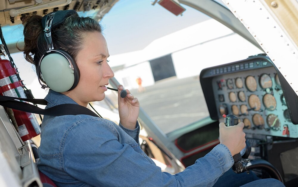 Kvinna som flyger en helikopter