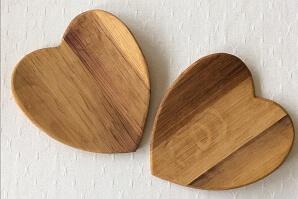 Två hjärtformade assietter i trä